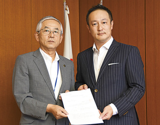 吉田建社長(右)と古塩市長(左)