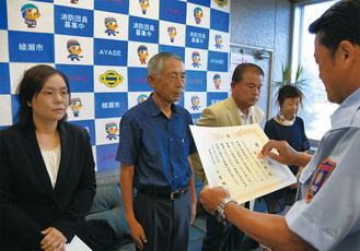 左から小林さん、宮北さん、宇野さん、荒内さん手前は感謝状を贈る小菅誠二消防長 =綾瀬市消防本部