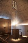 内部には納骨堂と礼拝空間がある(左が入口の扉)