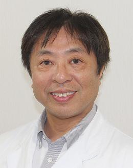 東京医科歯科大学医学部卒。愛媛県松山市生まれ。趣味はゴルフと音楽鑑賞。工学系の大学も修めた経歴を持つ。