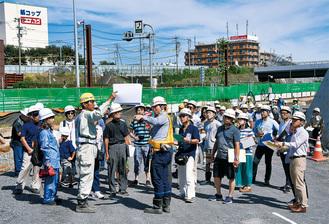 工事担当者から説明を受ける参加者工事が進む下り線のアクセス路で