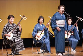 会主・楠條藤雅さん(左)と大会会長の楠條雅琇さん(右から2人目)