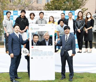 齊藤理事長と古塩市長を囲む綾瀬JCのメンバー