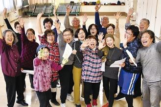 劇団のメンバーと役者の浅生礼史さん(右端)