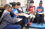 厚木基地で交流する小学生