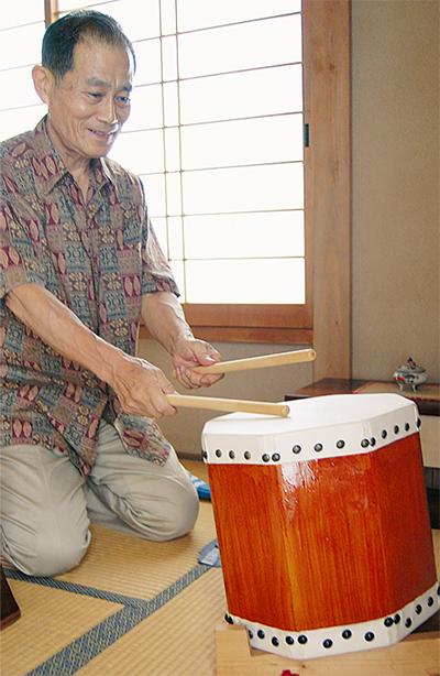 手作りの太鼓奏でる