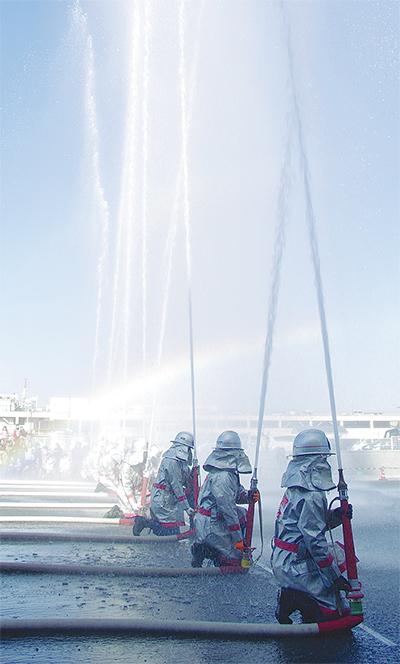 消防演技で観客魅了