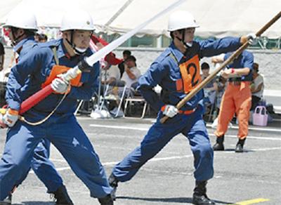鍛えた消防技術披露