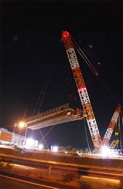 日本最大級クレーンで落橋
