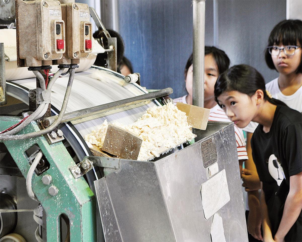 大学の博物館や豆腐製造を見学