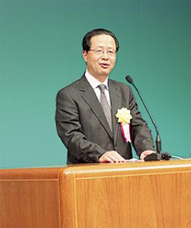 挨拶する小澤会長