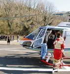 ヘリコプターに乗り込む新成人