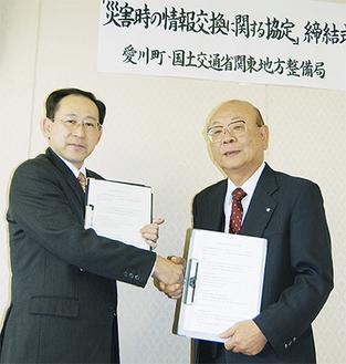 山田町長(右)と相模川水系広域ダム管理事務所の佐藤所長