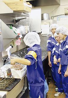 飲食店で洗い場に立つ中学生