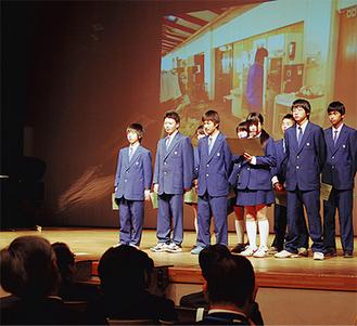 ステージに登壇し、将来の夢を語る生徒たち