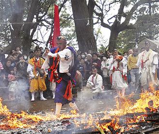 八菅神社護摩供養火生三昧の修法(火渡り)