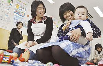 赤ちゃんとふれあう高校生たち