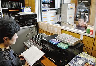 最新号の収録に向け録音室でチェックをする会員たち