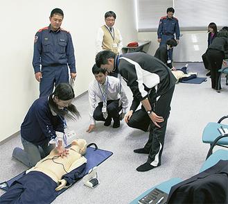 心臓マッサージを学ぶ職員