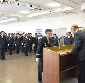 山田町長から辞令を受ける小川団長