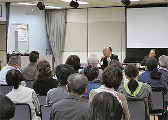 参加者の質問に答える山田町長