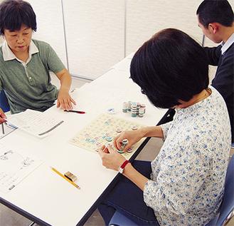 講座の学習場面を確認する参加者たち