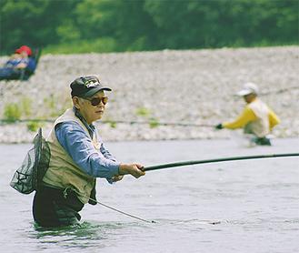 鮎釣りをする釣り人(三川合流点で)