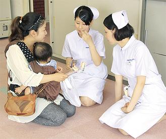 歯磨きのブラッシング指導を受ける参加者