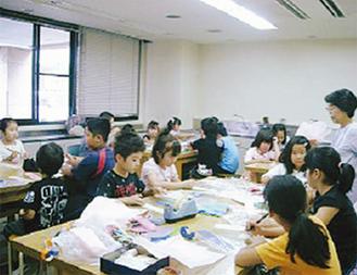七夕飾りを作る小学生