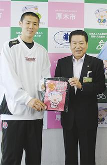 「あゆコロ」シャツが小林市長(右)から贈られた
