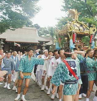 修復された社殿の前を神輿渡御