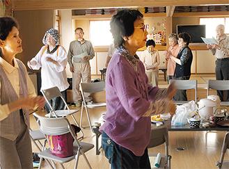 唄と踊りの練習に励む会員たち