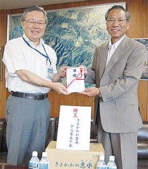 目録を渡す大矢村長(右)と土井横浜市水道局長