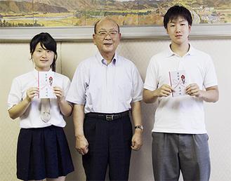 奨励金を受取る長谷川さんと馬場さん。真中は山田町長