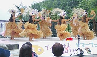 華やかな衣装のダンサー