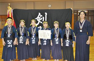 メダルを首に笑顔の菅原剣士会選手たち