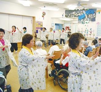踊りを披露する町民謡保存会の会員たち