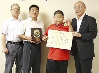 (写真左から)町柔道協会小澤会長、藤島君親子、山田町長