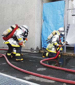 標的に向けて放水する消防隊員