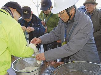 炊き出し訓練をする参加者たち