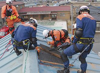 屋根をこじ開けて室内の要救助者を救出する訓練