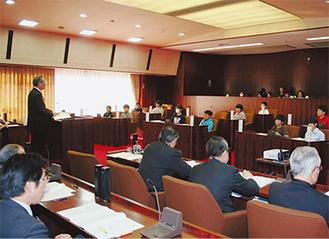 大矢村長の答弁に耳を傾ける子ども議員たち