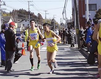 山口選手からアンカー浜田選手へのタスキリレー