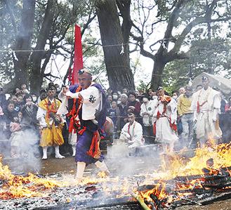 火渡り儀式の様子(写真は前回)