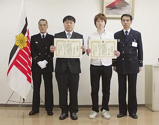 (左から)吉川署長、佐林さん、高原さん、沼田消防長
