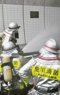 放水する消防職員