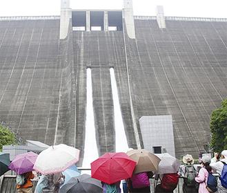 宮ヶ瀬ダムの観光放流に見入る参加者たち