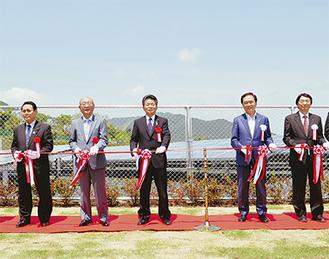 テープカットする山田登美夫町長(左から2人目)ら