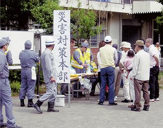 田代小学校へ避難する訓練参加者たち