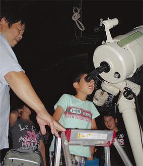月を観察する参加者たち